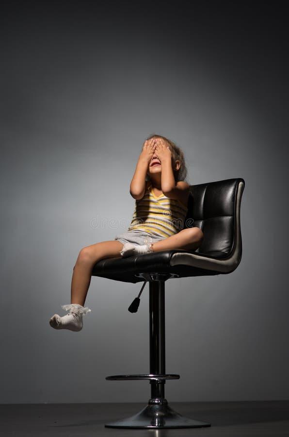 Κορίτσι τέσσερα έτη σε μια καρέκλα στοκ εικόνες