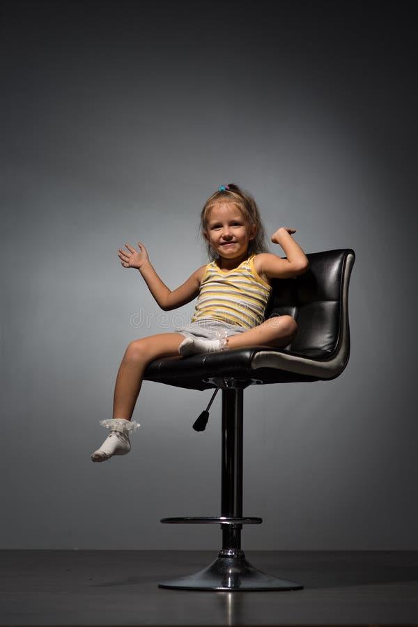 Κορίτσι τέσσερα έτη σε μια καρέκλα στοκ φωτογραφίες με δικαίωμα ελεύθερης χρήσης