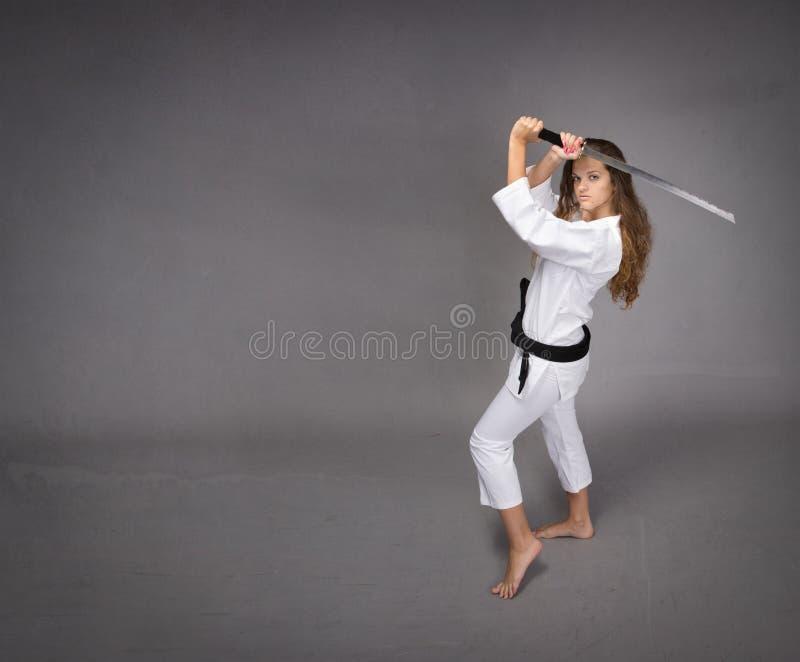 Κορίτσι τζούντου έτοιμο να υπερασπίσει στοκ εικόνες