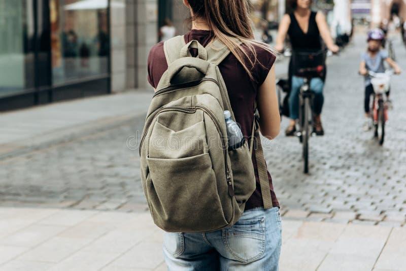 Κορίτσι τουριστών με το σακίδιο πλάτης ή σπουδαστής στην οδό στοκ εικόνα