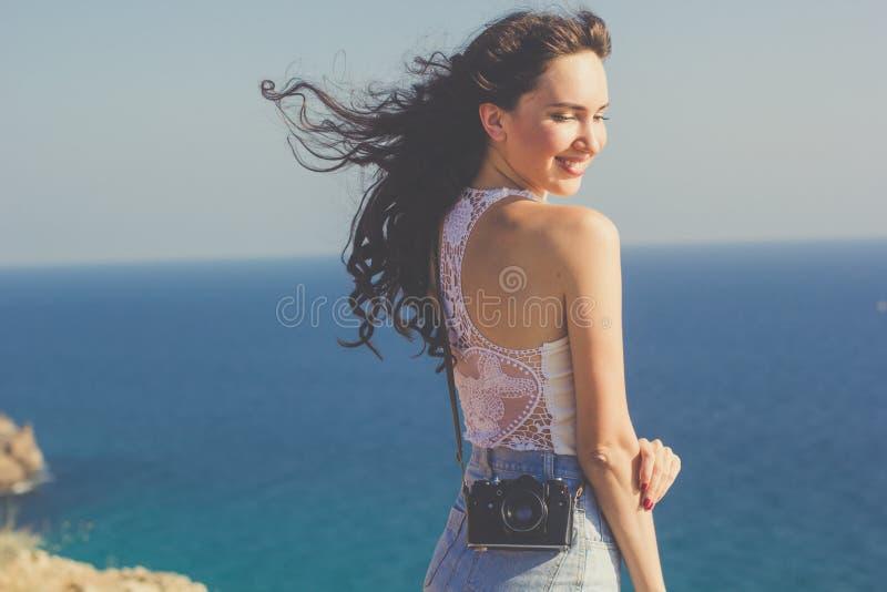 Κορίτσι τουριστών που κάνει τη φωτογραφία από την παλαιά κάμερα στην κορυφή βουνών στοκ εικόνες