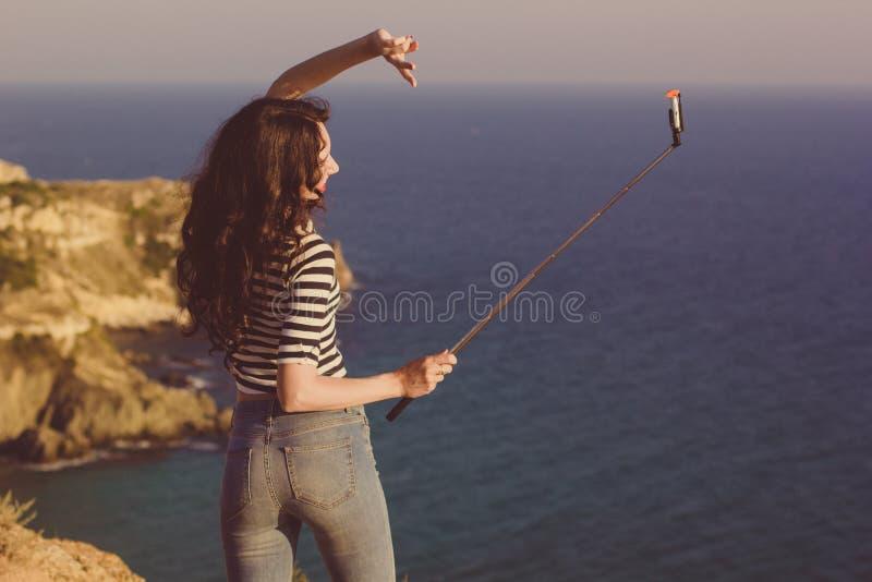 Κορίτσι τουριστών που κάνει selfie τη φωτογραφία με το ραβδί στο ταξίδι βουνών στοκ εικόνες με δικαίωμα ελεύθερης χρήσης