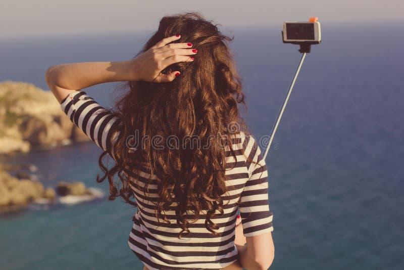 Κορίτσι τουριστών που κάνει selfie τη φωτογραφία με το ραβδί στο ταξίδι βουνών στοκ φωτογραφία με δικαίωμα ελεύθερης χρήσης