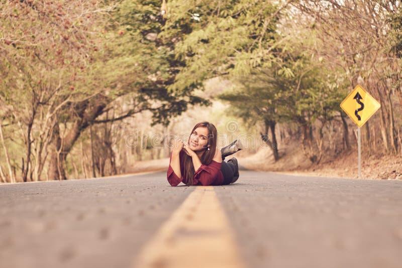 Κορίτσι του Λατίνα που βρίσκεται στο δρόμο στοκ εικόνες