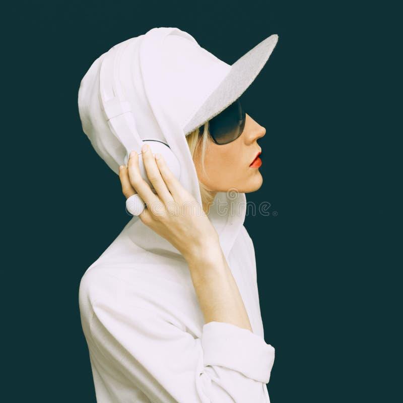 Κορίτσι του DJ στον άσπρο αθλητισμό ενδυμάτων στοκ εικόνες