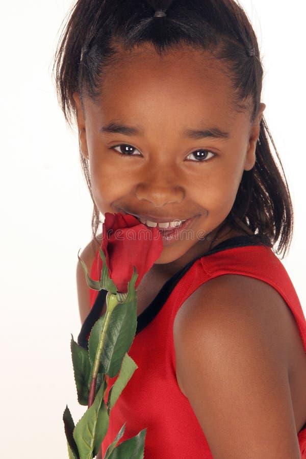 κορίτσι το κόκκινό που της αυξήθηκε μυρωδιές στοκ φωτογραφία με δικαίωμα ελεύθερης χρήσης