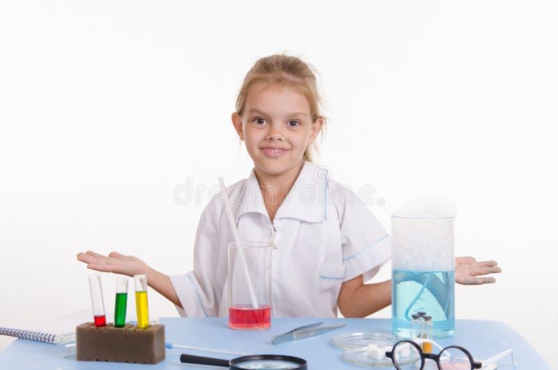 Κορίτσι φαρμακοποιών στην κατηγορία χημείας στοκ φωτογραφία