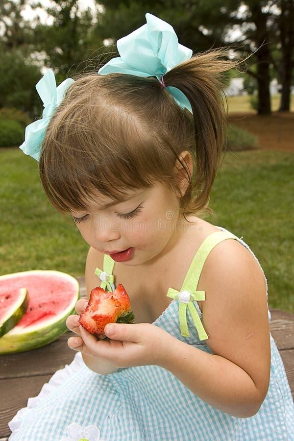 κορίτσι φράουλες λίγου στοκ εικόνες