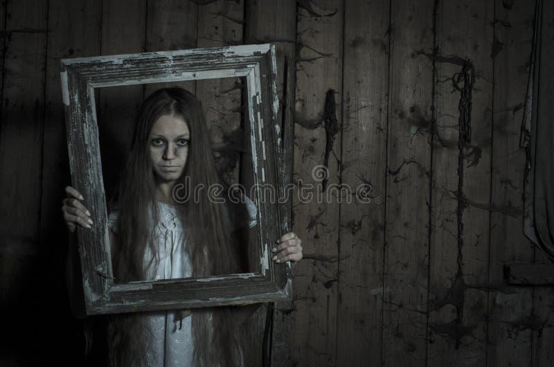 Κορίτσι φρίκης στο άσπρο φόρεμα στοκ εικόνα