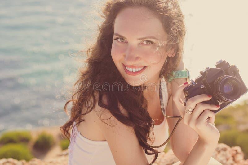Κορίτσι φωτογράφων που κάνει τις εικόνες από την παλαιά κάμερα στην κορυφή βουνών στοκ εικόνες