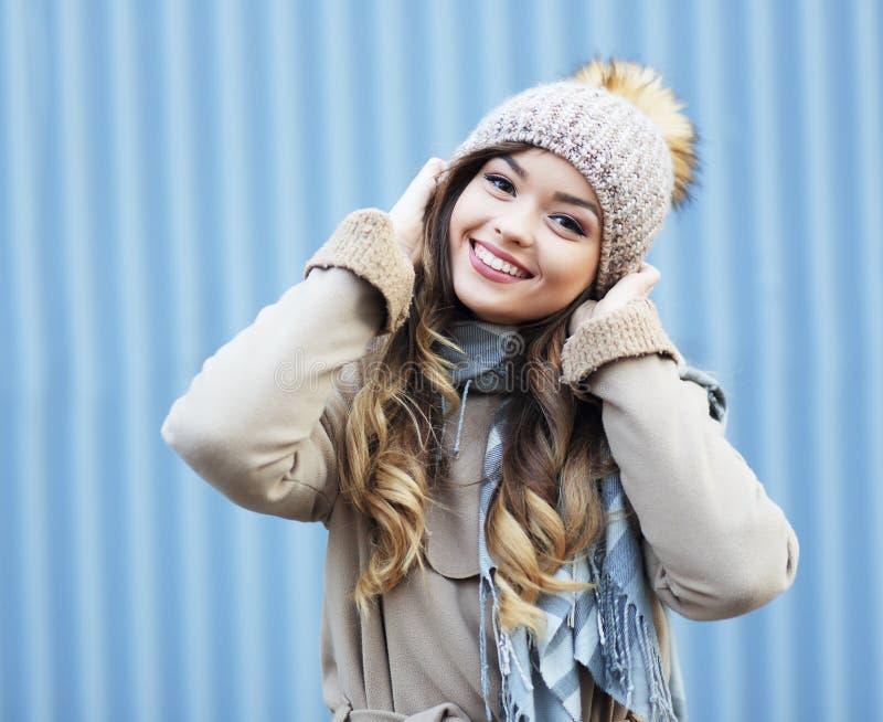 Κορίτσι χειμερινών ενδυμάτων στοκ εικόνα με δικαίωμα ελεύθερης χρήσης