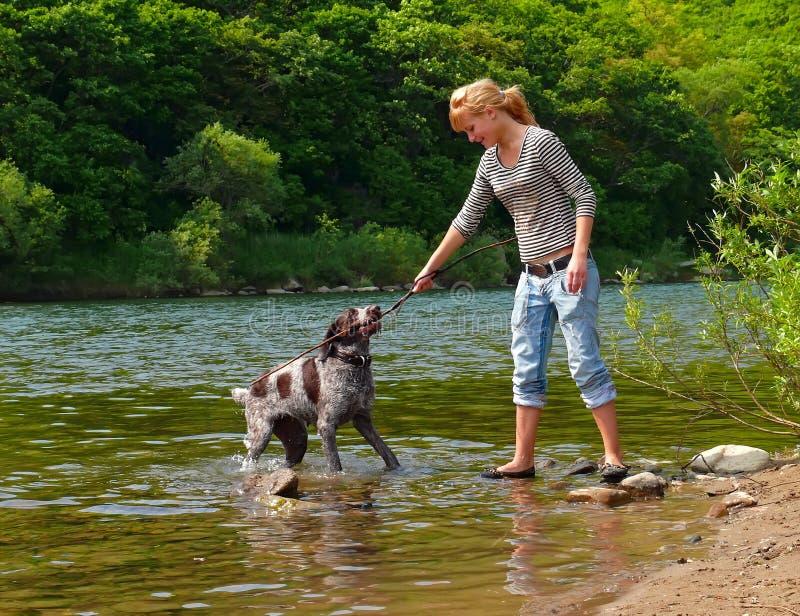 κορίτσι 2 σκυλιών στοκ φωτογραφία