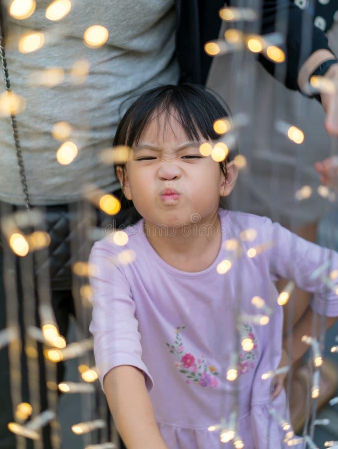 Κορίτσι Asain με το αστείες πρόσωπο και τη διακόσμηση Chrismas lightihng στοκ εικόνα με δικαίωμα ελεύθερης χρήσης