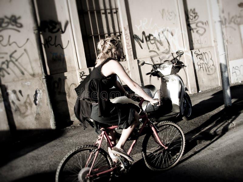 κορίτσι bicy στοκ φωτογραφία με δικαίωμα ελεύθερης χρήσης