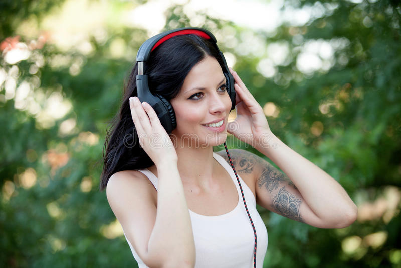 Κορίτσι Brunette με το περπάτημα ακουστικών στοκ εικόνες