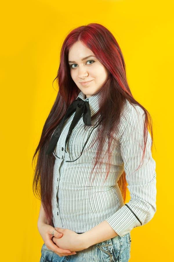 Κορίτσι Brunette πέρα από κίτρινο στοκ εικόνα