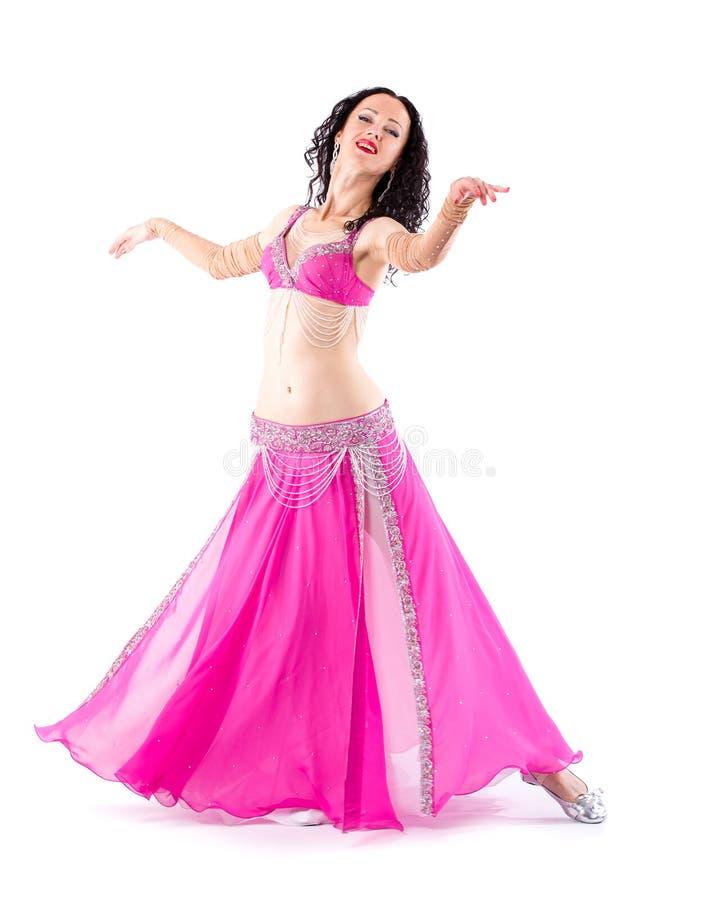 Κορίτσι brunette χορευτών με μακρυμάλλη στο κόκκινο ασιατικό κοστούμι που θέτει και που χορεύει στοκ φωτογραφία με δικαίωμα ελεύθερης χρήσης