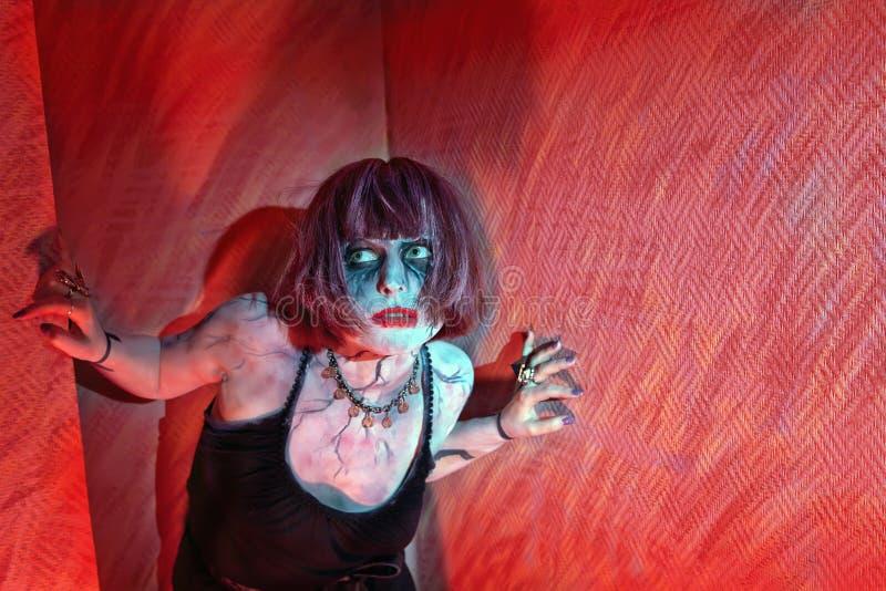 Κορίτσι Brunette zombies που προέρχεται από τη γωνία στοκ φωτογραφία με δικαίωμα ελεύθερης χρήσης