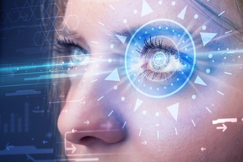 Κορίτσι Cyber με το technolgy μάτι που εξετάζει την μπλε ίριδα ελεύθερη απεικόνιση δικαιώματος