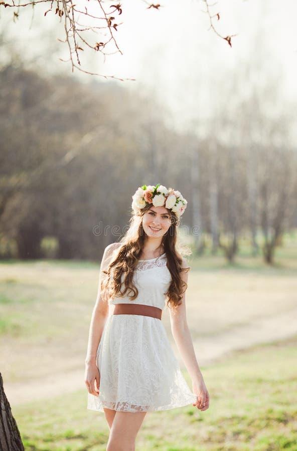 Κορίτσι, floral στεφάνι και δάσος άνοιξη στοκ εικόνα με δικαίωμα ελεύθερης χρήσης