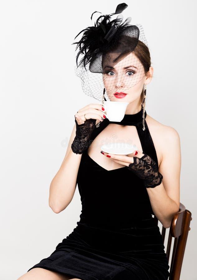 Κορίτσι Glamor με ένα φλιτζάνι του καφέ η γυναίκα μόδας πίνει coffe ή καυτό τσάι στοκ εικόνες με δικαίωμα ελεύθερης χρήσης