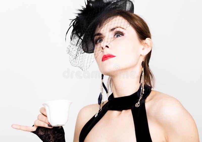 Κορίτσι Glamor με ένα φλιτζάνι του καφέ η γυναίκα μόδας πίνει coffe ή καυτό τσάι στοκ φωτογραφία με δικαίωμα ελεύθερης χρήσης