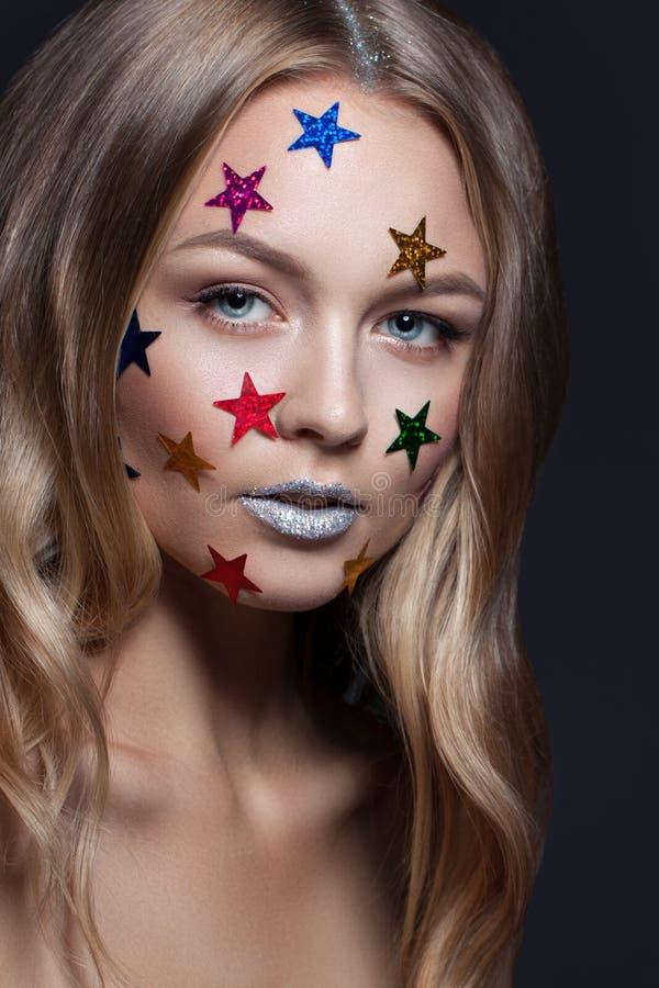 Κορίτσι glamor ομορφιάς μόδας Πολύχρωμα μεταλλικά αστέρια στην τρίχα της στοκ φωτογραφία με δικαίωμα ελεύθερης χρήσης