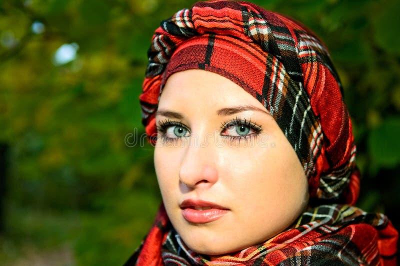 κορίτσι headscarf αρκετά στοκ φωτογραφία