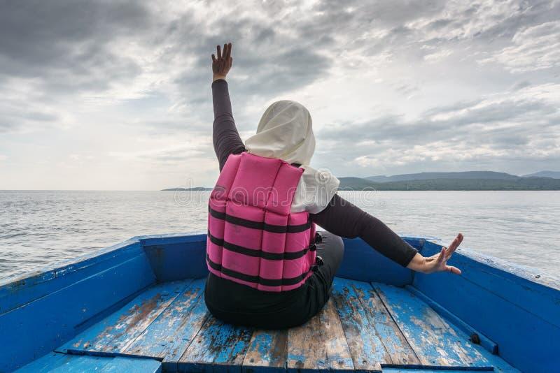 Κορίτσι Hijab στη βάρκα στο νησί Menjangan στοκ εικόνες