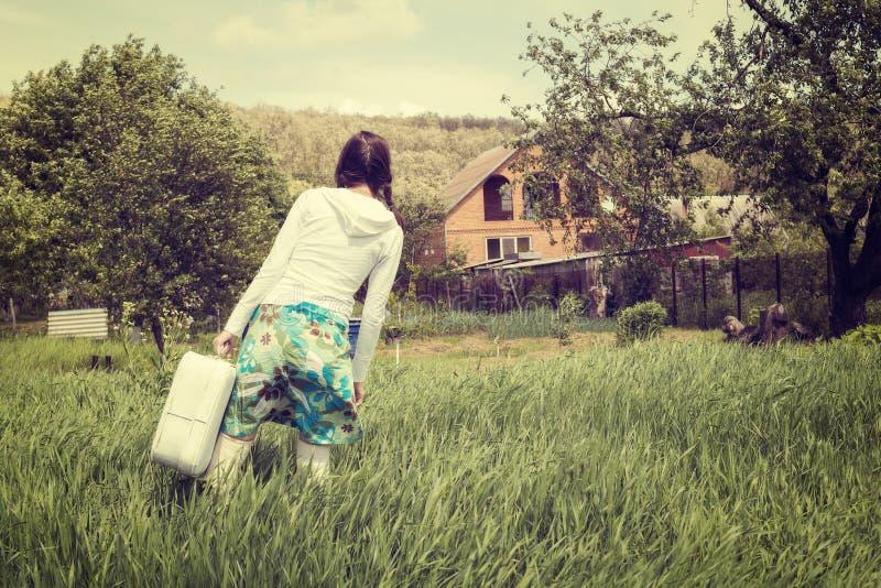 Κορίτσι Hipster, με την εκλεκτής ποιότητας βαλίτσα στοκ εικόνες