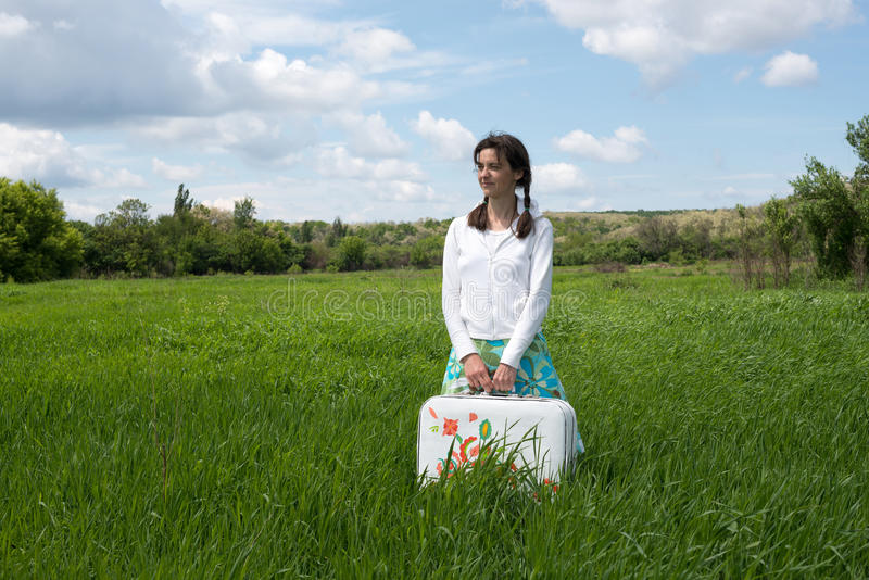 Κορίτσι Hipster, με τη χρωματισμένη βαλίτσα στοκ φωτογραφία με δικαίωμα ελεύθερης χρήσης