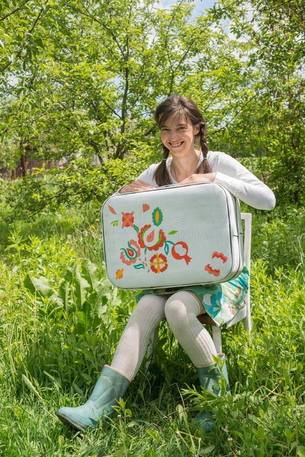 Κορίτσι Hipster, με τη χρωματισμένη βαλίτσα στοκ εικόνες με δικαίωμα ελεύθερης χρήσης