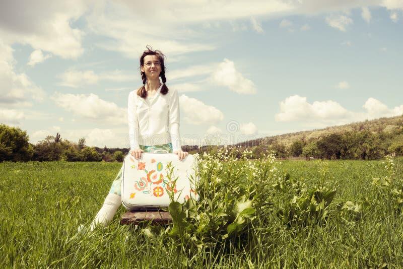 Κορίτσι Hipster, με τη χρωματισμένη βαλίτσα στοκ εικόνα