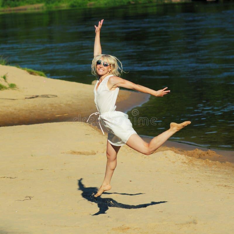 Κορίτσι Hipster που έχει τη διασκέδαση στην παραλία στοκ φωτογραφία με δικαίωμα ελεύθερης χρήσης