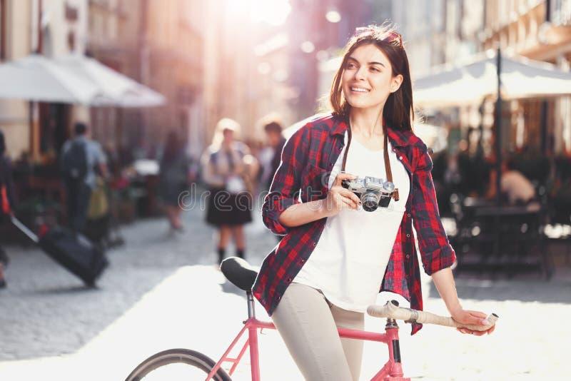 Κορίτσι Hipster που κάνει τη φωτογραφία στοκ εικόνα με δικαίωμα ελεύθερης χρήσης