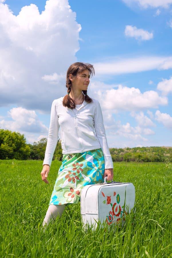Κορίτσι Hipster που κρατά μια άσπρη βαλίτσα στοκ φωτογραφίες