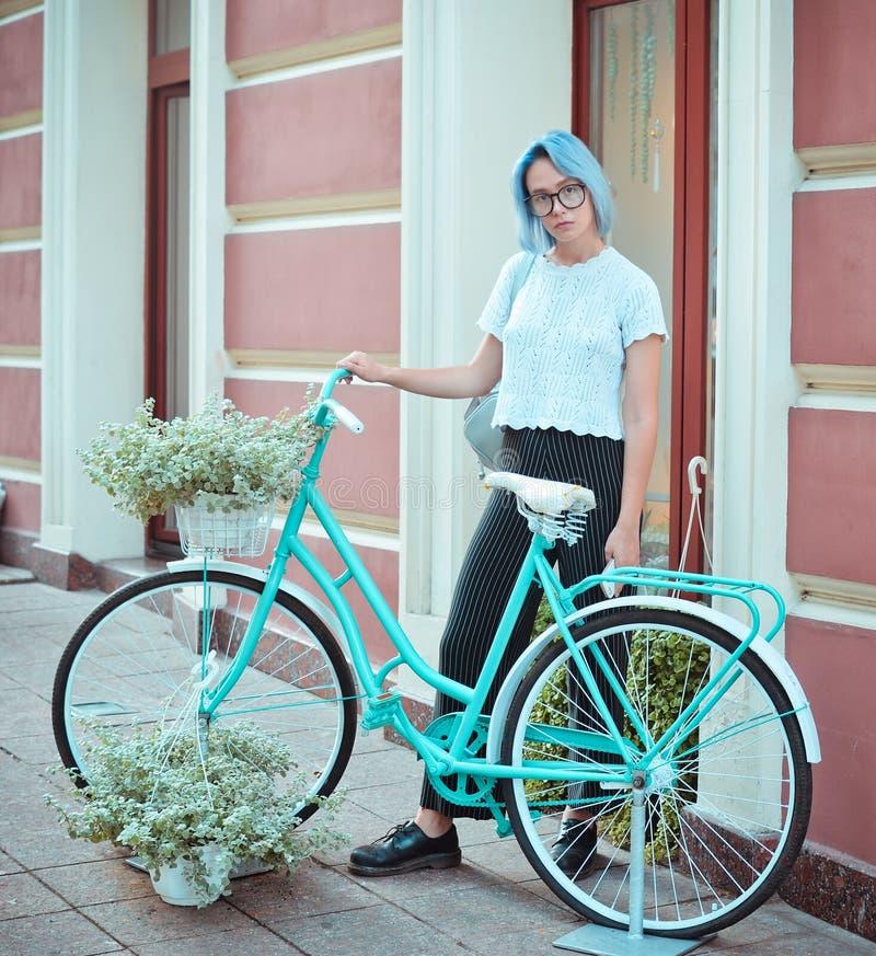 Κορίτσι Hipster υπαίθριο στοκ φωτογραφία με δικαίωμα ελεύθερης χρήσης