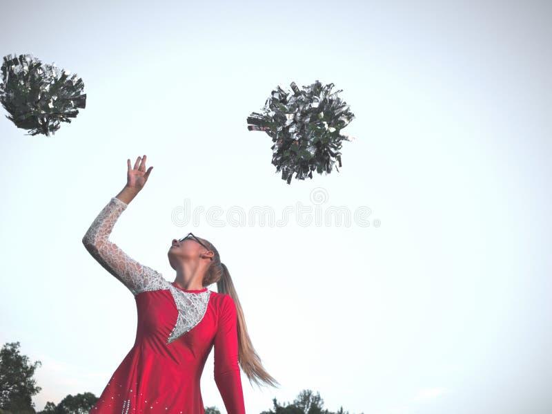 Κορίτσι Majorette εφήβων με Pom-pom-poms στοκ φωτογραφίες
