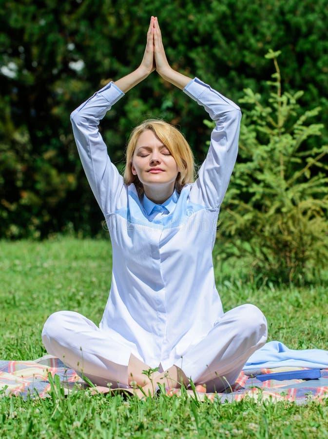 Κορίτσι meditate στο πράσινο υπόβαθρο φύσης λιβαδιών χλόης κουβερτών Χαλαρώνοντας περισυλλογή άσκησης γυναικών Κάθε μέρα περισυλλ στοκ εικόνες