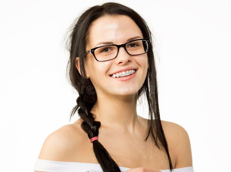 Κορίτσι Nerd στα γυαλιά και με τα υποστηρίγματα στα δόντια Θετική, άριστη γυναίκα σπουδαστών hipster στοκ εικόνες με δικαίωμα ελεύθερης χρήσης