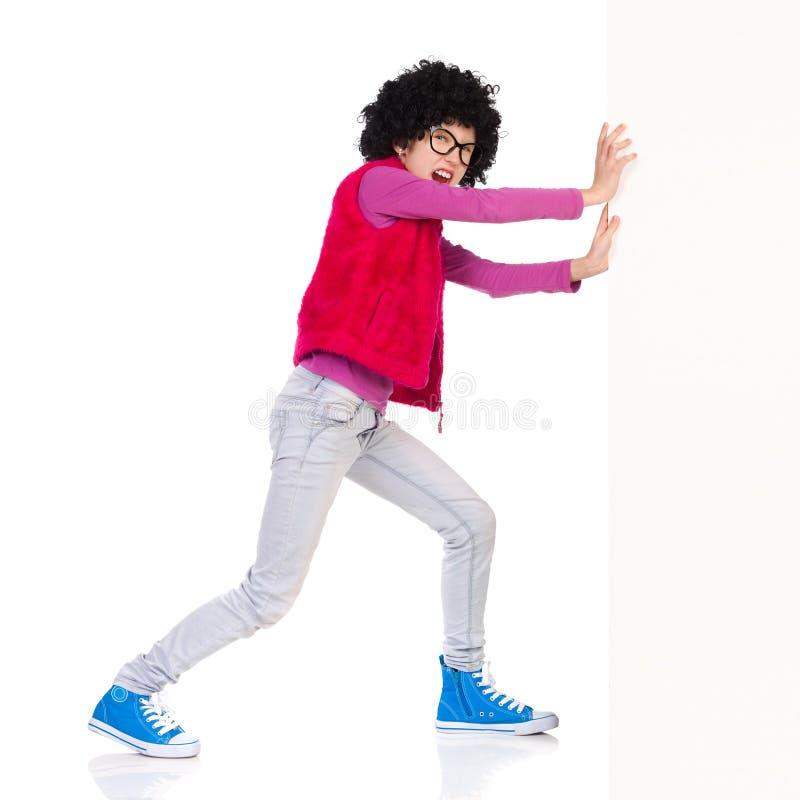 Κορίτσι Nerdy που ωθεί έναν τοίχο στοκ φωτογραφία με δικαίωμα ελεύθερης χρήσης