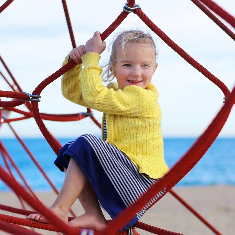 Κορίτσι Preschooler στην παιδική χαρά στοκ φωτογραφία με δικαίωμα ελεύθερης χρήσης