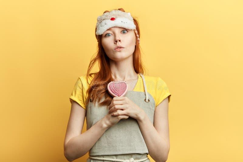 Κορίτσι Seriousbeautiful που κρατά μια βούρτσα γηα τα μαλλιά στοκ εικόνες
