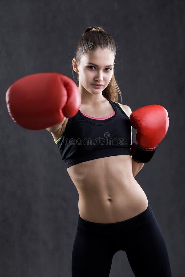 Κορίτσι sportswear με τα εγκιβωτίζοντας γάντια στοκ φωτογραφίες