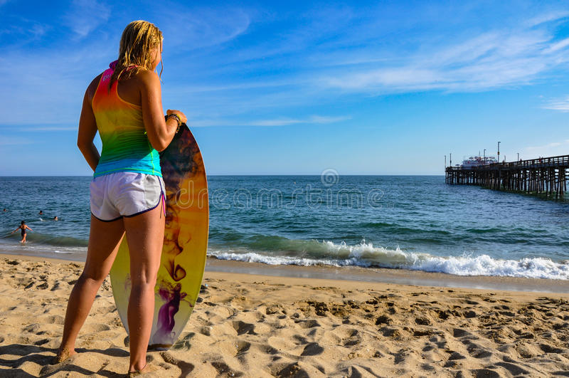 Κορίτσι Surfer στην παραλία αποβαθρών BALBOA στοκ εικόνες