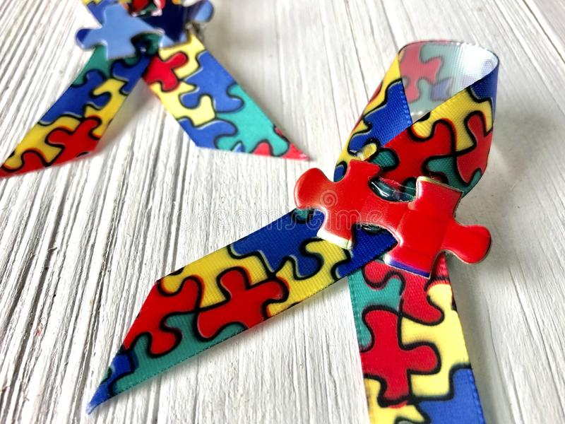 Κορδέλλες συνειδητοποίησης αυτισμού στοκ εικόνα με δικαίωμα ελεύθερης χρήσης