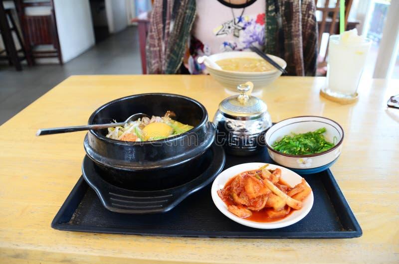Κορεατικά τρόφιμα καθορισμένο Bibimbap με Kimchi στοκ εικόνα με δικαίωμα ελεύθερης χρήσης