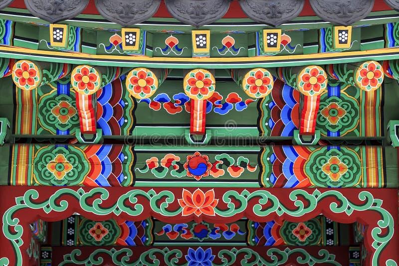 Κορεατική αρχιτεκτονική - η ζωηρόχρωμη ξύλινη στέγη του gazebo χρωμάτισε στο παραδοσιακό κορεατικό floral ύφος στοκ φωτογραφία