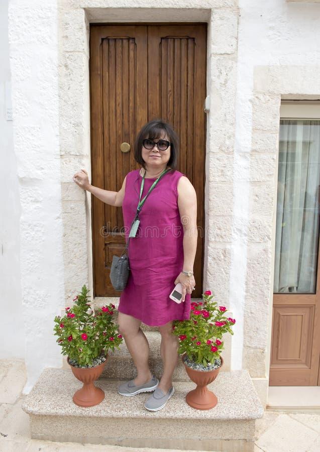 Κορεατική γυναίκα στις διακοπές σε Locorotondo, Ιταλία στοκ εικόνες