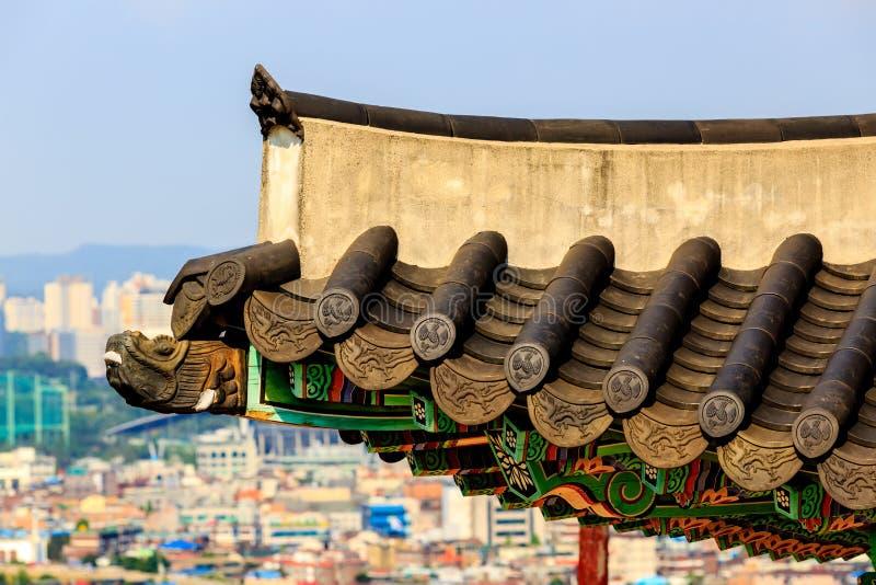 Κορεατική παραδοσιακή ξύλινη διακοσμητική στέγη Φρούριο Seojangdae Hwaseong Suwon Suwon, Νότια Κορέα στοκ εικόνες